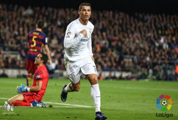 Ronaldo ghi ban giup Real thang nguoc Barca tai Nou Camp hinh anh 1