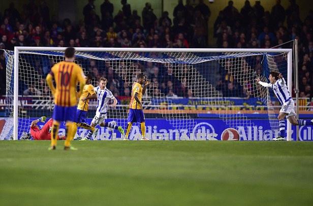 Barca thua Sociedad, co hoi mo ra cho Real, Atletico hinh anh 2