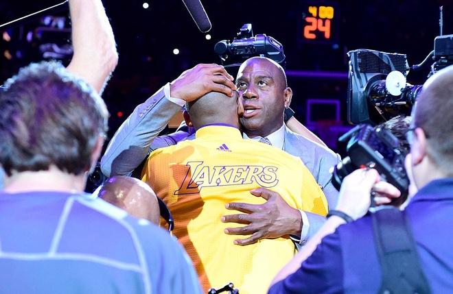 Kobe Bryant ghi 60 diem trong tran chia tay su nghiep hinh anh 10