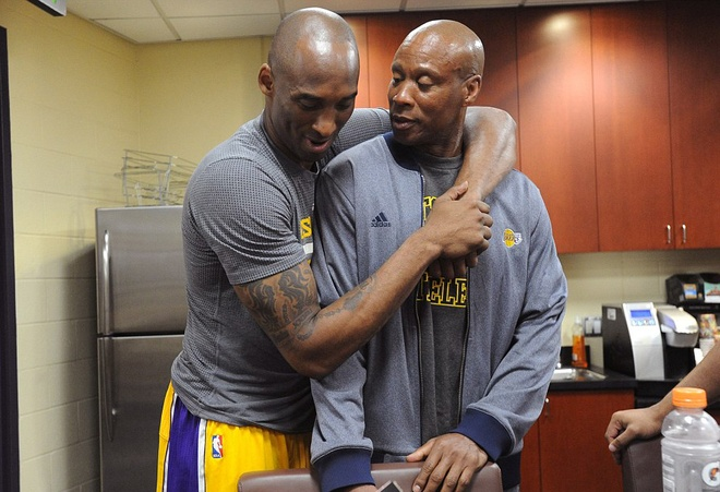 Kobe Bryant ghi 60 diem trong tran chia tay su nghiep hinh anh 14
