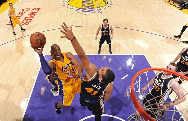 Kobe Bryant ghi 60 diem trong tran chia tay su nghiep hinh anh 3