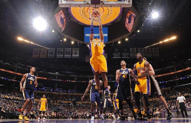 Kobe Bryant ghi 60 diem trong tran chia tay su nghiep hinh anh 4