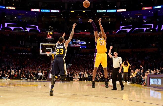 Kobe Bryant ghi 60 diem trong tran chia tay su nghiep hinh anh 5