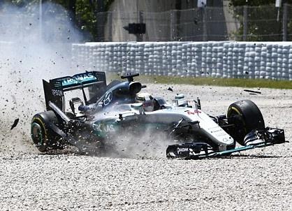 Hamilton va Rosberg dam nhau, bo cuoc o vong 1 Spanish GP hinh anh
