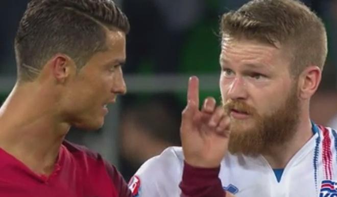 Ronaldo tu choi doi ao voi thu quan Iceland hinh anh