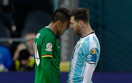 Messi va cau thu doi phuong huc dau nhau hinh anh