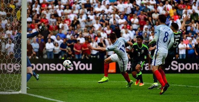 Thang Wales 2-1 phut bu gio, Anh doc chiem ngoi dau hinh anh 32