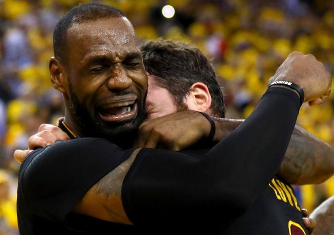 LeBron James oa khoc khi giup CAVs lan dau vo dich NBA hinh anh