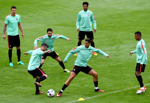 Ronaldo lap cu dup, Bo Dao Nha gianh ve knock-out kich tinh hinh anh 1