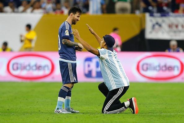 Messi sut hong luan luu, Argentina lai om han truoc Chile hinh anh 1