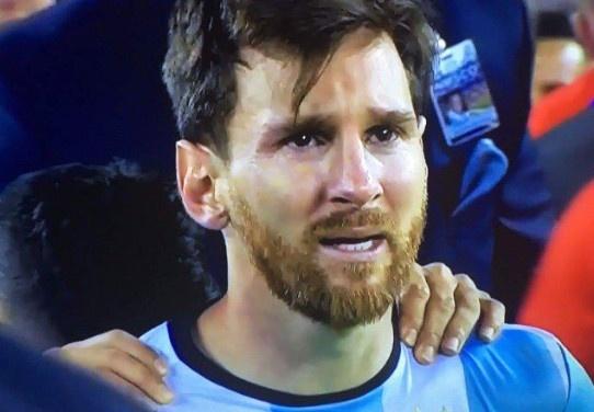 Messi oa khoc, tuyen Argentina cui dau hinh anh