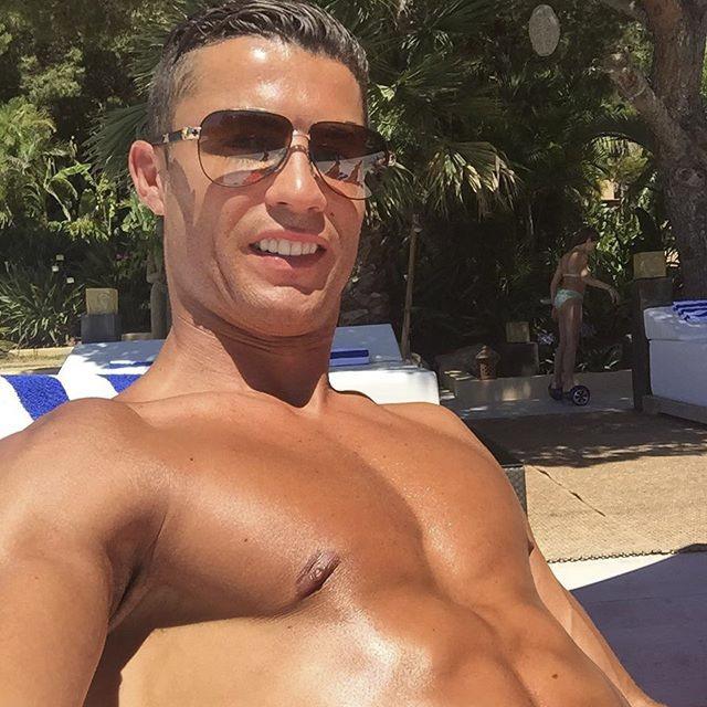 Ronaldo sam vai thuyen truong tren du thuyen sang trong hinh anh 8