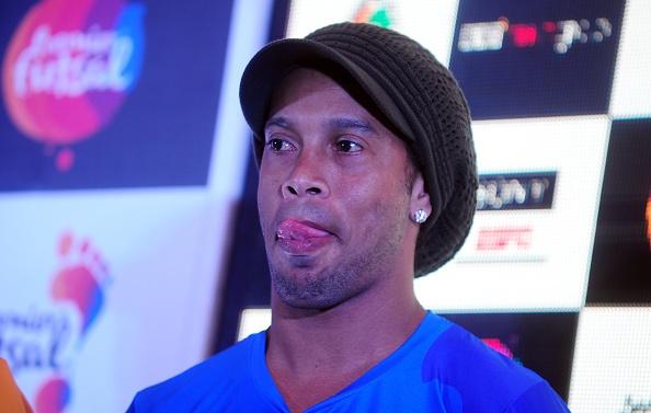 Ronaldinho tro lai Barca tren cuong vi moi hinh anh 1