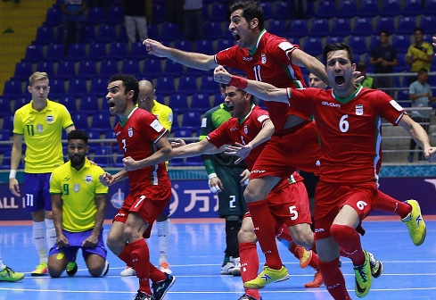 Falcao lap hat-trick, Brazil van thua soc Iran hinh anh