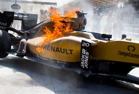 Tay dua F1 may man thoat than khoi chiec xe boc chay hinh anh