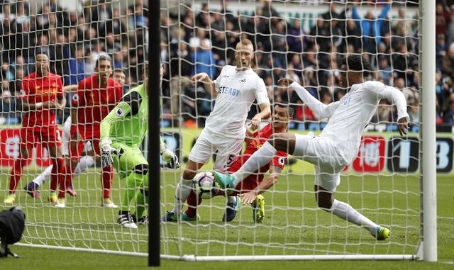 Swansea vs Liverpool (1-2): The Kop nguoc dong an tuong hinh anh 12