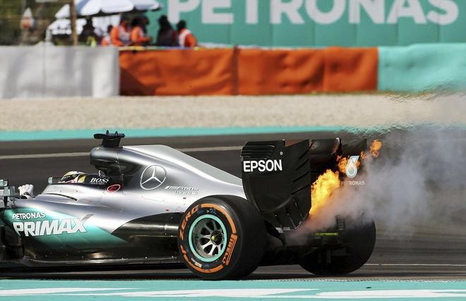 Xe boc chay khien Hamilton bo cuoc tai Malaysian GP hinh anh