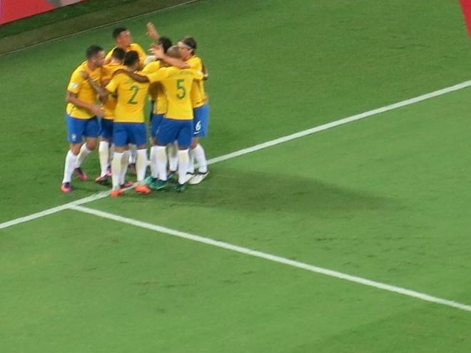 Neymar toa sang va do mau o chien thang 5-0 cua Brazil hinh anh 17