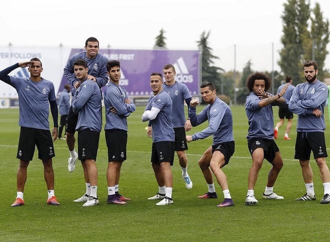 Ronaldo tao dang treu choc dong doi cu tren san hinh anh 9