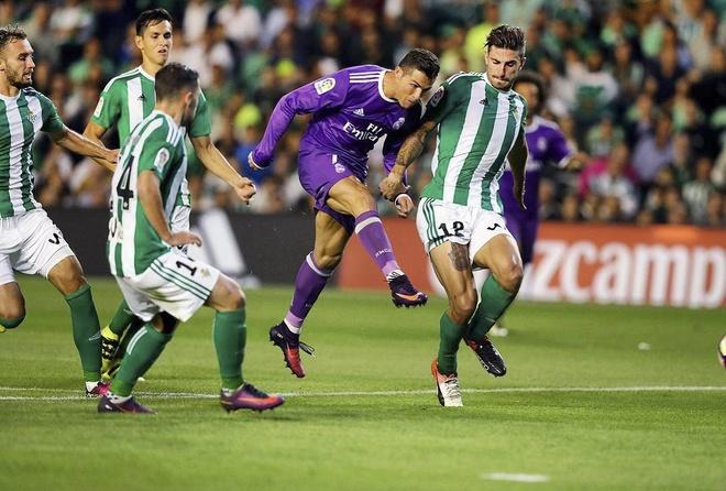 Ronaldo tao dang treu choc dong doi cu tren san hinh anh 2