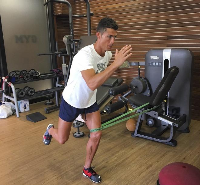 Ronaldo tao dang treu choc dong doi cu tren san hinh anh 3