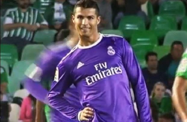 Ronaldo tao dang treu choc dong doi cu tren san hinh anh