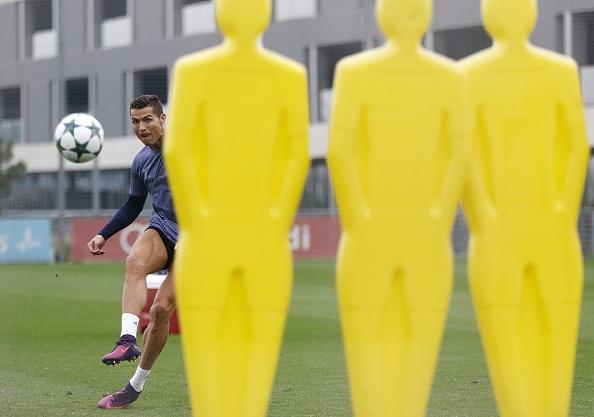 Ronaldo tao dang treu choc dong doi cu tren san hinh anh 7