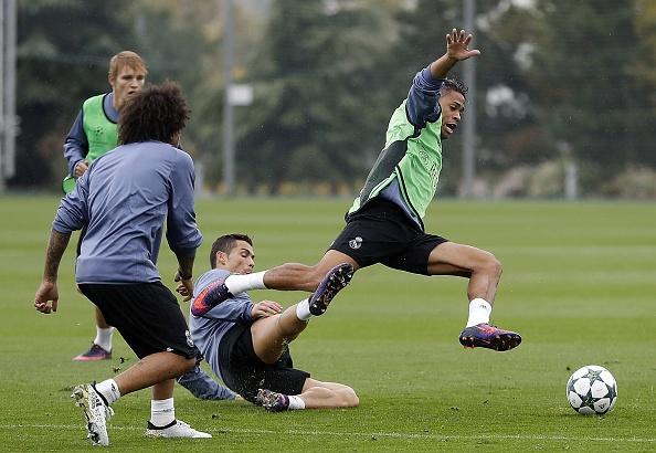 Ronaldo tao dang treu choc dong doi cu tren san hinh anh 6