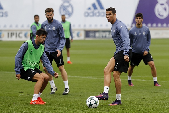 Ronaldo tao dang treu choc dong doi cu tren san hinh anh 8