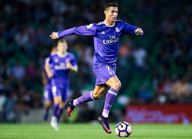 Ronaldo tao dang treu choc dong doi cu tren san hinh anh 1