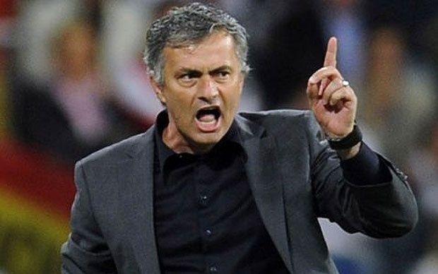 Mourinho doi mat voi an phat vi va mieng hinh anh