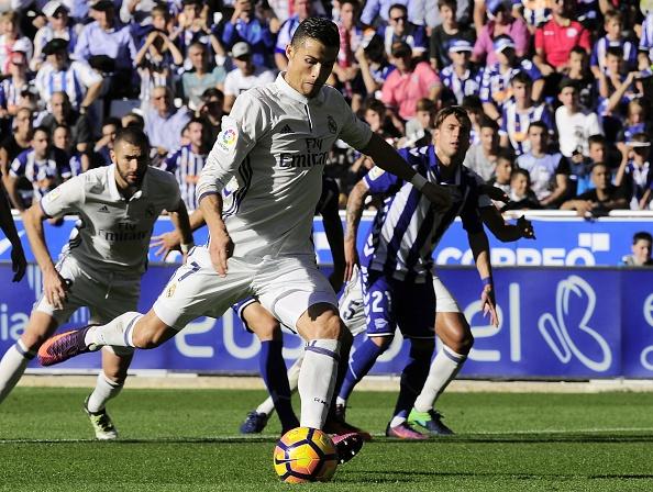 Ronaldo lap hat-trick, Real thang dam Alaves 4-1 hinh anh 14