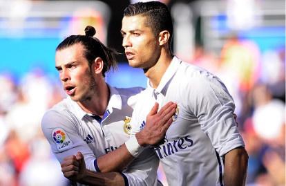 Ronaldo lap hat-trick, Real thang dam Alaves 4-1 hinh anh
