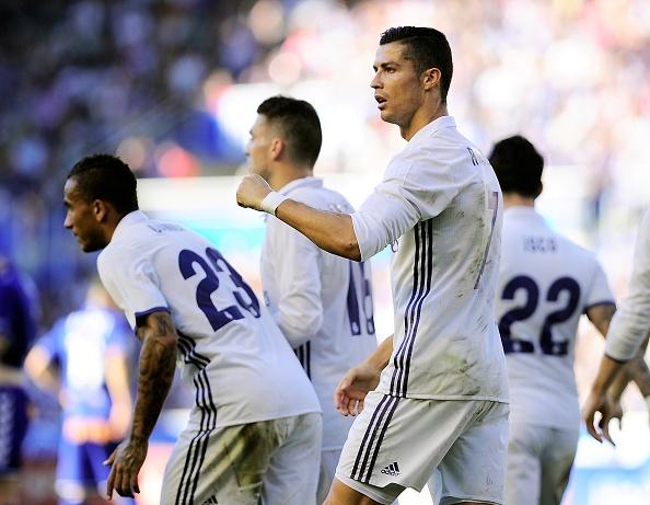 Ronaldo lap hat-trick, Real thang dam Alaves 4-1 hinh anh 21