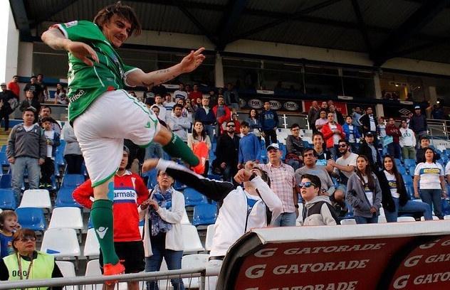 Tien dao doi mat an 2 nam tu vi danh fan nhu Cantona hinh anh