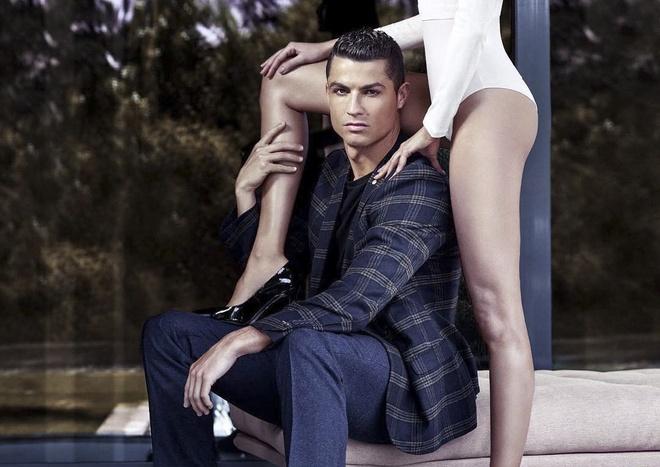 Ronaldo chup hinh goi cam ben chan dai hinh anh