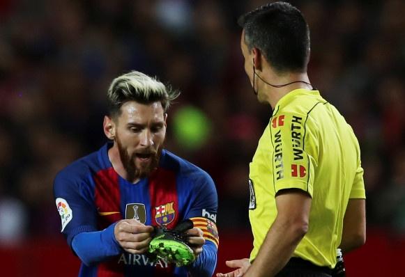 Messi noi gian nem giay vi the phat khong dang co hinh anh