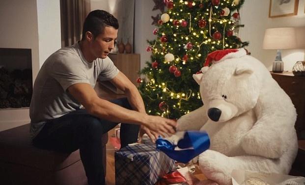 Ronaldo dien 'O nha mot minh' hinh anh