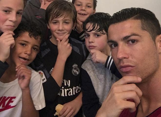 Ronaldo va con trai tai hien man an mung moi hinh anh