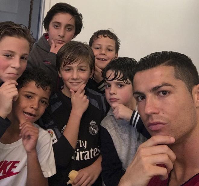 Ronaldo va con trai anh 2