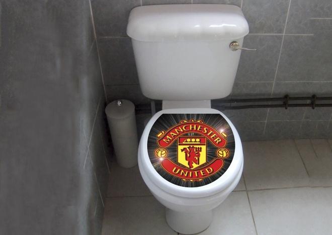 Fan tron ve bang cach qua dem trong toilet san Old Trafford hinh anh