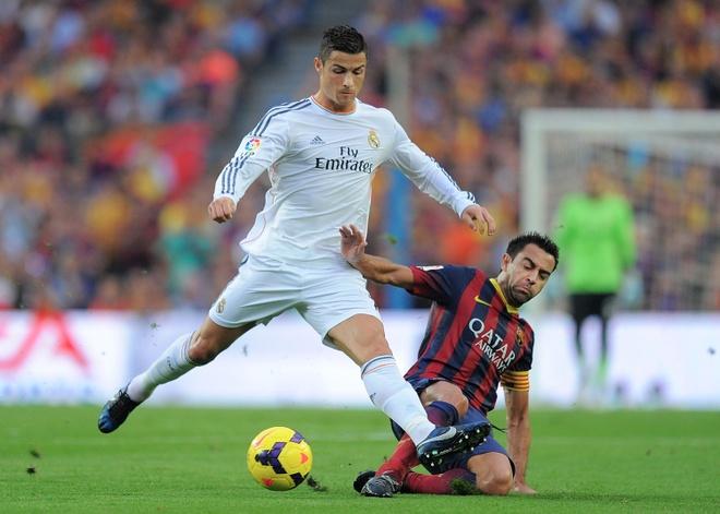 Xavi soc truoc thong tin Ronaldo tron thue hinh anh 1