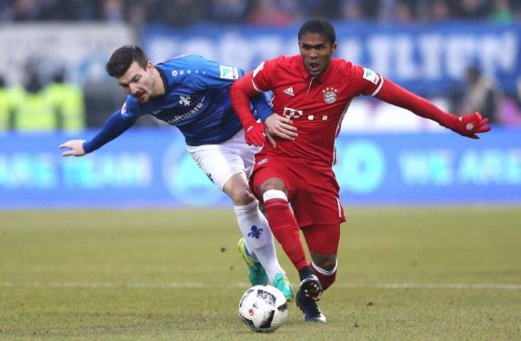 Douglas Costa lap sieu pham, Bayern nhoc nhan len ngoi dau hinh anh 21