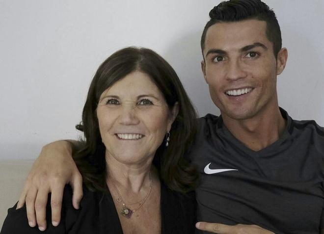 Me Ronaldo hat mung con trai gianh chuc vo dich hinh anh