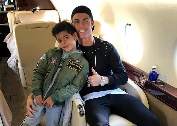 Ronaldo va con trai dap phi co rieng di nghi Giang sinh hinh anh