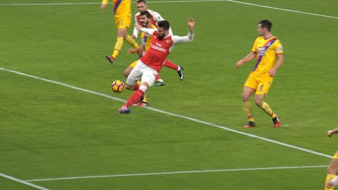 Giroud lap sieu pham 'bo cap' giup Arsenal tro lai top 3 hinh anh 15