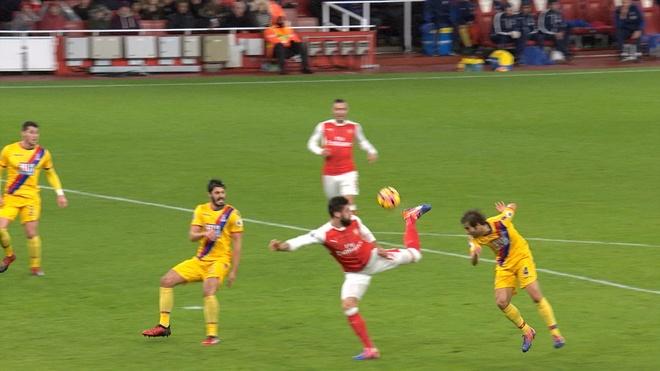 Giroud lap sieu pham 'bo cap' giup Arsenal tro lai top 3 hinh anh 16
