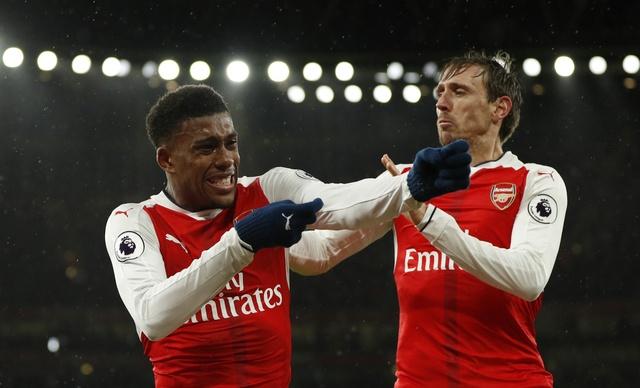 Giroud lap sieu pham 'bo cap' giup Arsenal tro lai top 3 hinh anh 21
