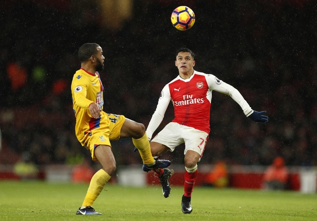 Giroud lap sieu pham 'bo cap' giup Arsenal tro lai top 3 hinh anh 23