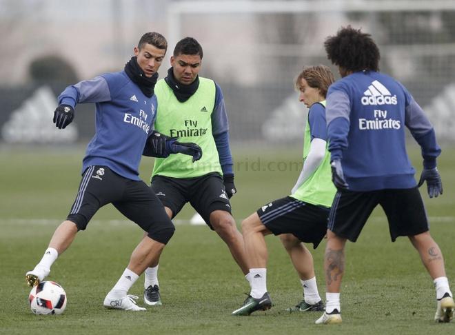 Ronaldo khoe giay moi trong buoi tap dau nam hinh anh 2